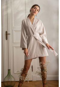 MOE - Krótka Kimonowa Sukienka z Paskiem - Beżowa. Kolor: beżowy. Materiał: len, poliester. Długość: mini