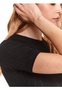 TOP SECRET - Casualowy t-shirt z okrągłym dekoltem. Okazja: na co dzień. Kolor: czarny. Materiał: dzianina. Długość rękawa: krótki rękaw. Długość: krótkie. Wzór: prążki. Sezon: lato. Styl: casual