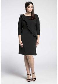 Nommo - Czarna Klasyczna Sukienka z Asymetryczną Falbanką PLUS SIZE. Kolekcja: plus size. Kolor: czarny. Materiał: wiskoza, poliester. Typ sukienki: dla puszystych, asymetryczne. Styl: klasyczny