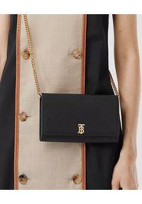 Burberry - BURBERRY - Skórzana torebka z logo. Kolor: czarny. Materiał: skóra. Wzór: aplikacja