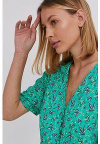 Answear Lab - Sukienka. Okazja: na co dzień. Kolor: zielony. Materiał: materiał. Długość rękawa: krótki rękaw. Typ sukienki: proste, asymetryczne. Styl: wakacyjny