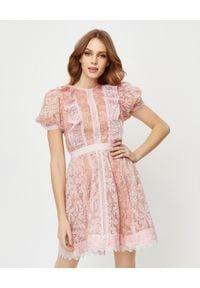 SELF PORTRAIT - Różowa sukienka z koronką. Kolor: fioletowy, różowy, wielokolorowy. Materiał: koronka. Wzór: koronka. Typ sukienki: rozkloszowane. Styl: klasyczny. Długość: mini