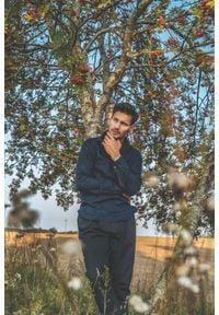 VEVA - Granatowa Koszula Męska Lniana Kołnierz Klasyczny. Typ kołnierza: kołnierzyk klasyczny. Kolor: niebieski. Materiał: len. Długość rękawa: długi rękaw. Długość: długie. Styl: klasyczny