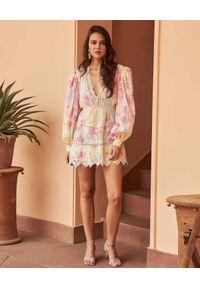 HEMANT & NANDITA - Pastelowa sukienka tie-dye. Okazja: na spacer. Kolor: różowy, wielokolorowy, fioletowy. Materiał: bawełna. Wzór: ażurowy. Sezon: lato, wiosna. Styl: klasyczny. Długość: mini