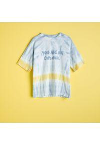 Reserved - T-shirt z efektem tie-dye - Niebieski. Kolor: niebieski