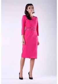 Nommo - Ciemno Różowa Elegancka Ołówkowa Sukienka z Dodatkami w Panterkę. Kolor: różowy. Materiał: wiskoza, poliester. Wzór: motyw zwierzęcy. Typ sukienki: ołówkowe. Styl: elegancki