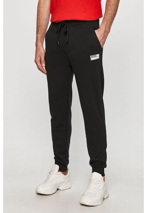 Czarne spodnie dresowe Hugo z nadrukiem