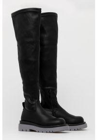 Answear Lab - Kozaki. Nosek buta: okrągły. Kolor: czarny. Materiał: guma. Szerokość cholewki: normalna. Obcas: na platformie. Styl: wakacyjny