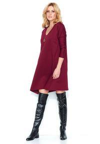 e-margeritka - Luźna asymetryczna sukienka do kolan bordo - 42. Okazja: do pracy, na randkę. Typ kołnierza: dekolt w serek. Materiał: nylon, materiał, poliester. Typ sukienki: asymetryczne. Długość: midi