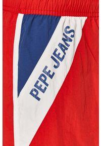 Pepe Jeans - Szorty kąpielowe Tomeo. Kolor: czerwony. Materiał: tkanina