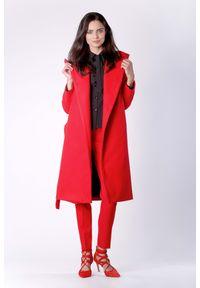 Czerwony płaszcz Nommo elegancki, z kapturem