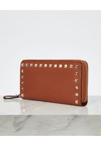 VALENTINO - Brązowy portfel Rockstud. Kolor: brązowy. Wzór: aplikacja
