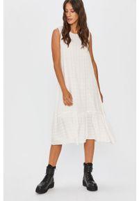 Biała sukienka Answear Lab z okrągłym kołnierzem, mini