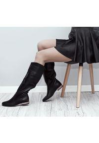 Zapato - klasyczne wsuwane kozaki - skóra naturalna - model 125 - kolor czarny. Zapięcie: bez zapięcia. Kolor: czarny. Materiał: skóra. Wzór: moro, aplikacja. Sezon: lato, jesień, wiosna. Obcas: na obcasie. Styl: klasyczny. Wysokość obcasa: niski