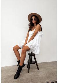 Marsala - Sukienka z tkaniny plumeti w kolorze białym - MALIBU BY MARSALA. Okazja: na imprezę, na co dzień. Typ kołnierza: kołnierz z falbankami. Kolor: biały. Materiał: tkanina. Długość rękawa: na ramiączkach. Sezon: lato. Typ sukienki: proste. Styl: wakacyjny, casual
