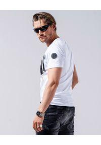 GUNS & TUXEDOS - Biały t-shirt Clandestino 2. Okazja: na co dzień. Kolor: biały. Materiał: jeans, materiał, bawełna. Wzór: nadruk, aplikacja. Styl: casual