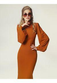 Madnezz - Sukienka Joan - karmel. Typ kołnierza: golf. Materiał: wiskoza, elastan. Sezon: lato. Typ sukienki: dopasowane