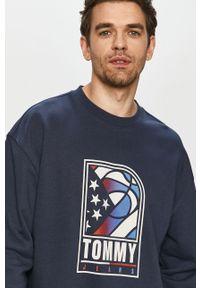 Niebieska bluza nierozpinana Tommy Jeans z nadrukiem, bez kaptura