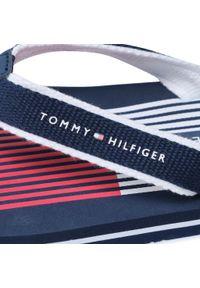 Japonki TOMMY HILFIGER - Flag Print Flip Flop T3B0-30984-0058 S Blue 800. Kolor: niebieski. Materiał: materiał. Wzór: nadruk