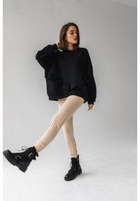 Marsala - Bluza damska oversize z falbanką na dole CZARNA - ANGEL BY MARSALA. Kolor: czarny. Materiał: dresówka, elastan, materiał, dzianina, bawełna. Długość rękawa: długi rękaw. Długość: długie. Sezon: lato