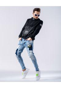 GUNS & TUXEDOS - Błękitne jeansy z naszywką Sonny. Kolor: niebieski. Wzór: aplikacja. Styl: elegancki