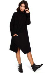 MOE - Czarna Asymetryczna Sukienka z Golfem. Typ kołnierza: golf. Kolor: czarny. Materiał: bawełna, poliester. Typ sukienki: asymetryczne