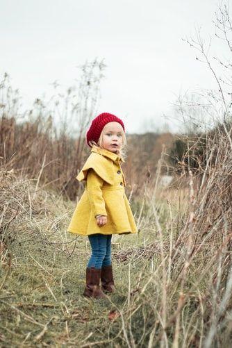 dziewczynka w żółtym płaszczu