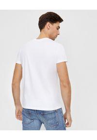 Balmain - BALMAIN - Biała koszulka ze srebrnym logo. Okazja: na co dzień. Typ kołnierza: kaptur. Kolor: biały. Materiał: jeans, bawełna. Wzór: aplikacja. Styl: klasyczny, casual