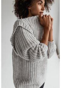 Sweter typu oversize z pagonami szary - CAMBRIDGE by Marsala. Kolor: szary. Materiał: wełna, akryl. Wzór: ze splotem. Sezon: zima, jesień
