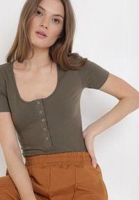 Born2be - Khaki Body Amalimoni. Okazja: na co dzień. Kolor: brązowy. Materiał: bawełna, jersey, dzianina, jeans. Długość rękawa: krótki rękaw. Długość: krótkie. Wzór: aplikacja. Styl: klasyczny, casual
