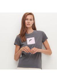 Szary t-shirt Reserved z aplikacjami