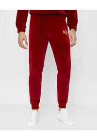 JOANNA MUZYK - Bordowe spodnie dresowe z logo MSM. Kolor: czerwony. Materiał: dresówka. Wzór: aplikacja