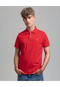 GANT - Czerwony t-shirt polo z bawełnianej piki. Typ kołnierza: polo. Kolor: czerwony. Materiał: bawełna. Wzór: aplikacja. Styl: klasyczny
