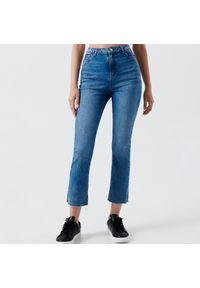 Cropp - Jeansy high waist - Niebieski. Stan: podwyższony. Kolor: niebieski