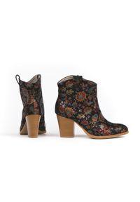 Zapato - botki kowbojki na obcasie - skóra naturalna - model 471 - kolor czarne liście. Kolor: czarny. Materiał: skóra. Obcas: na obcasie. Wysokość obcasa: średni
