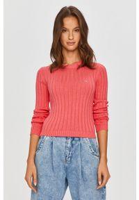 Różowy sweter Tommy Jeans z długim rękawem, z okrągłym kołnierzem, na co dzień