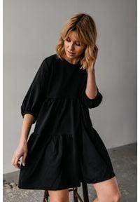 Sukienka oversize z przeszyciami czarna z kropeczkami- BLUSH by Marsala. Kolekcja: moda ciążowa. Kolor: czarny. Materiał: materiał, bawełna. Długość rękawa: krótki rękaw. Typ sukienki: oversize