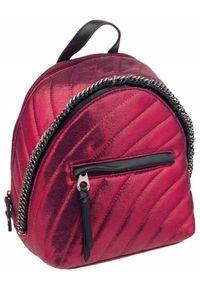 DAVID JONES - Pikowany plecaczek bordowy David Jones 5834-3 D.RED. Kolor: czerwony. Materiał: skóra ekologiczna. Wzór: aplikacja