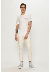 EA7 Emporio Armani - T-shirt. Okazja: na co dzień. Kolor: biały. Materiał: dzianina. Wzór: gładki, aplikacja. Styl: casual