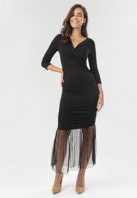 Born2be - Czarna Sukienka Nerigale. Kolor: czarny. Materiał: tiul, dzianina, materiał. Wzór: gładki. Typ sukienki: kopertowe. Styl: klasyczny, elegancki. Długość: midi