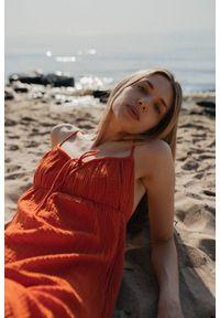 Marsala - Letnia sukienka na cienkich ramiączkach z muślinu bawełnianego w kolorze pomarańczowym - CHIA BY MARSALA. Kolor: pomarańczowy. Materiał: bawełna. Długość rękawa: na ramiączkach. Sezon: lato. Typ sukienki: proste. Długość: mini