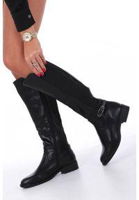 Casu - czarne kozaki oficerki z gumą w cholewce i ozdobną klamerką casu g19x6/bp. Kolor: czarny. Materiał: guma. Szerokość cholewki: normalna