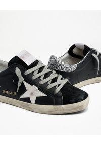 GOLDEN GOOSE - Czarne sneakersy Superstar z brokatową piętą. Kolor: czarny. Materiał: guma, zamsz. Szerokość cholewki: normalna. Wzór: aplikacja