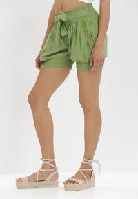 Born2be - Zielone Szorty Salaphali. Kolor: zielony. Materiał: bawełna. Długość: krótkie. Wzór: paski