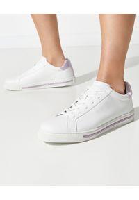 RENE CAOVILLA - Białe sneakersy Xtra z fioletowymi kryształami. Nosek buta: okrągły. Kolor: biały. Materiał: guma. Wzór: aplikacja, napisy