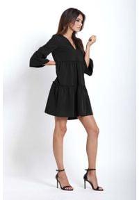 IVON - Czarna Rozkloszowana Sukienka z Falbankami. Typ kołnierza: kołnierz z falbankami. Kolor: czarny. Materiał: wiskoza, elastan