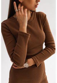 Dopasowana sukienka midi w kolorze brązowym KYLIE MIDI by Marsala. Kolor: brązowy. Materiał: elastan, prążkowany, materiał, bawełna. Długość rękawa: długi rękaw. Sezon: wiosna, zima, jesień. Długość: midi