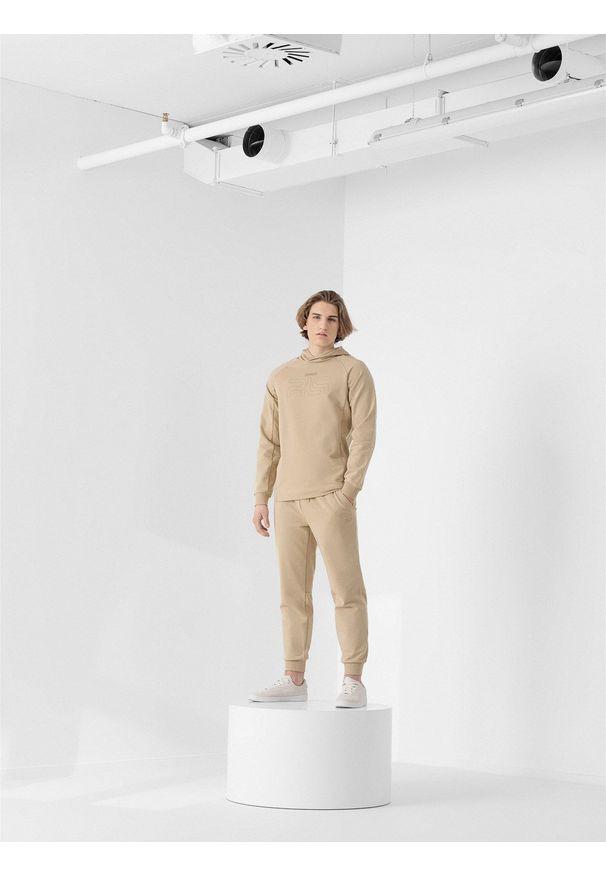 4f - Spodnie dresowe męskie RL9 x 4F. Kolor: beżowy. Materiał: dresówka. Wzór: aplikacja