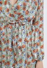 Born2be - Zielona Sukienka Qinrahne. Typ kołnierza: kokarda. Kolor: zielony. Materiał: materiał. Wzór: kwiaty, aplikacja. Typ sukienki: kopertowe, rozkloszowane. Długość: maxi #4