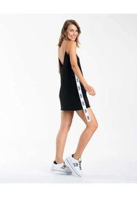 DSG - Czarna sukienka z logo BABY DOLL. Typ kołnierza: dekolt w kształcie V. Kolor: czarny. Długość rękawa: na ramiączkach. Wzór: kolorowy, aplikacja. Długość: mini